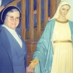2089 Con la Virgen y hermanas.jpg