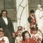 2240 1973 N.M. con los niños del kinder Japón c.jpg