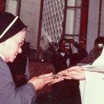 2376 ag. B. de oro c.Madre, recibiendo el cristo c.jpg