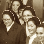 2423 1980 Nov. Diciendo adiós a sus hijas japonesas x detalle.jpg