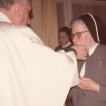 2518 1978, 8 feb. Card. Pironio entrega constituciones c.jpg