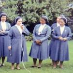 2607  con hermanas y jovencitas seglares copia.jpg